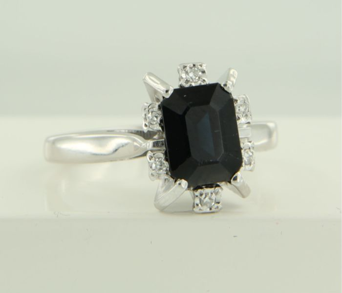 18 kt white gold ring, set with a sapphire and six single-cut diamonds of approx. 0.06 ct in total, ring size: 17.5 (55)