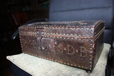 "Small nail-studded ""treasure box"", covered in leather, with key"