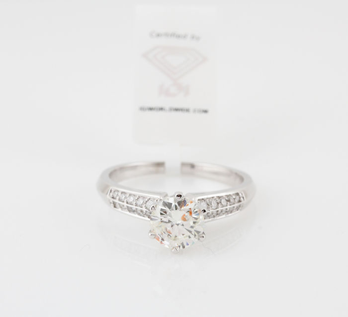 18 kt white gold diamond solitaire ring, 1.15 ct in total, ring size: 53.5. With IGI Jewel report /