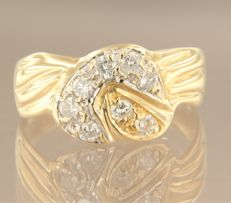 18 kt bicolour gold ring set with 8 brilliant cut diamonds in total approx. 0.50 carat. Ring size: 18,5 (58)