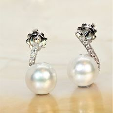 Earrings in 750 white gold with diamonds and SSP cultured pearls from Australia Ø 10.6-11 mm.
