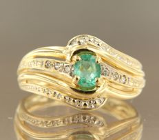 18 kt bi-colour gold ring set with an emerald and 6 single cut diamonds, approx. 0.03 ct in total – ring size 17.25 (54)