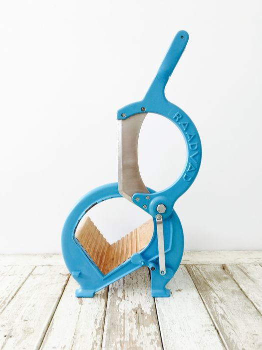Raadvad - Bread slicer, wood with cast iron, colour: blue