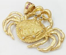 Crab in 750/1000 (18 kt) yellow gold with black and white diamonds and rubies. Weight: 23.3 g
