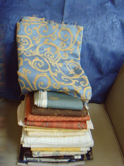 Lot of 21 x beautiful fabrics - 2nd half 20th century - among others - 1 x blue-damask tablecloth - 2.64 m. x 1.42 m.