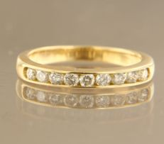 18 kt yellow gold ring set with 9 brilliant cut diamonds, approx. 0.30 carat in total, ring size 16 (50)