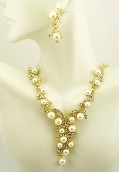 Amazing Joan Rivers faux pearls necklace and earrings