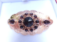 14 kt gold brooch with hand engraved and set all around with garnet gemstones, North Europe about 1940