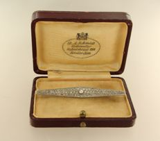 18 kt white gold brooch set with a central Bolshevik and rose cut diamonds of approx. 0.80 ct in total