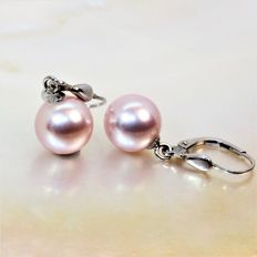 Pendant earrings with round freshwater cultured pearls Ø 10x11 mm.