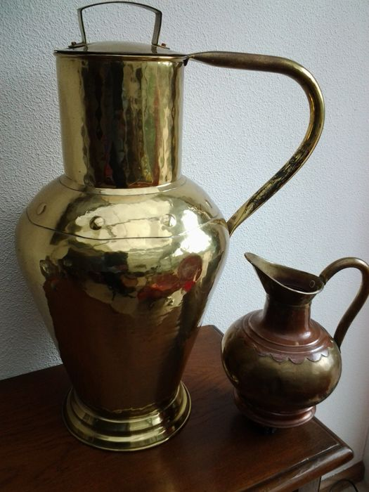 Large (20 liter) copper Art Deco milk jug + copper (2-coloured) jug. Real craftsmanship