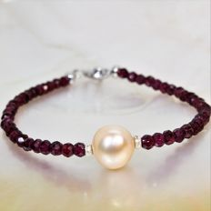 Bracelet of faceted Garnet gemstones and round freshwater pearl of Ø 10 x 11 mm