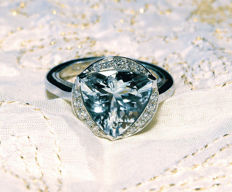 Ring in 18 kt white gold with triangular aquamarine, 3.8 ct, and diamond, 0.23 ct - ring size: 17 (IT) - 8 (USA) -  57 (FR) -  Q (ENG)