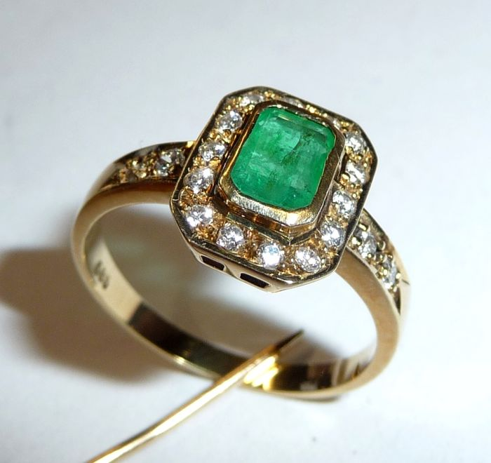 14 kt / 585 gold ring with Colombian emerald + 0.40 ct Ring size of the diamond (G): 56 / 17.8 mm
