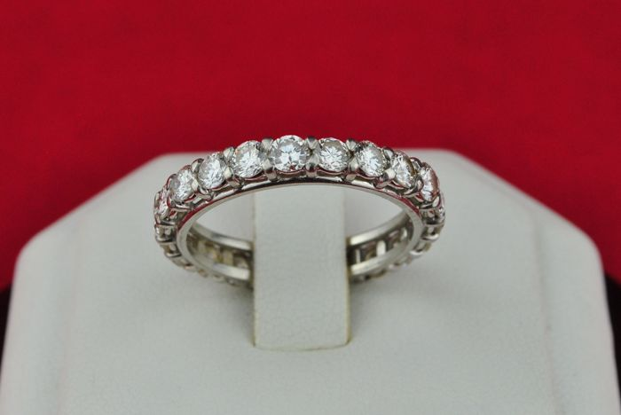Superb Ring with 22 Diamonds (tot. +/- 2.20ct FG/VS modern) set on 18k White Gold Full-setting Wedding Band - E.U Size 55