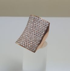 Ring in 18 kt rose gold with 255 diamonds, 8 ct in total – Ring size: 15 mm in diameter