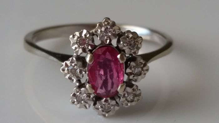 Ring in 18 kt white gold with ruby and 8 diamonds 0.48 ct