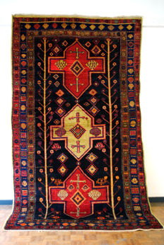 Kurdish nomads, hand-knotted carpet, around 1950. With a primitive charm.