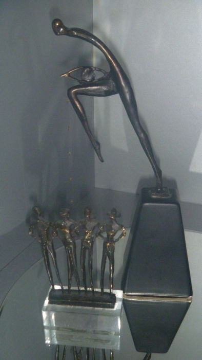 Corry van Ammerlaan bronze shoppers plus bronze artihove sculpture