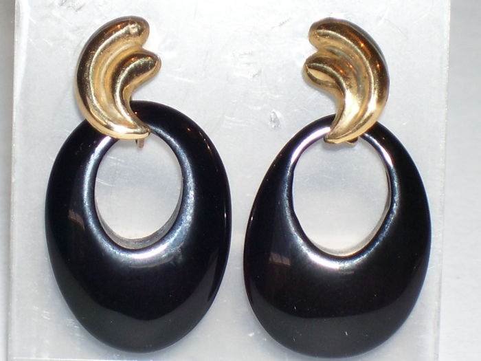 18 Karat gold dangle earrings with Onyx