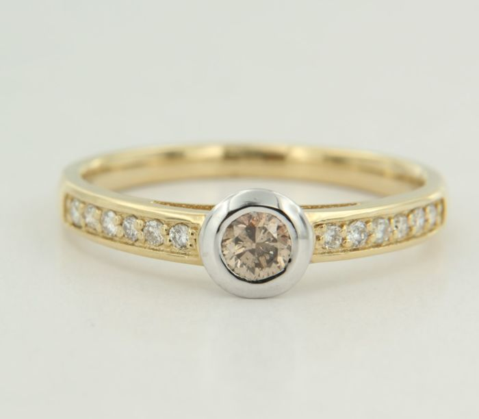 14 kt bi-colour gold ring, centrally set with a 0.13 carat, champagne-coloured diamond and 12 diamonds, ring size 17.5 (55)