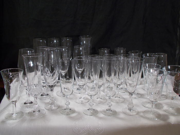 A 32-piece set of flutes and crystal champagne cups, in different shapes and patterns. Villeroy boch Belgium and France.