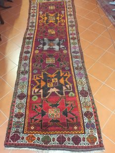 Anatolian Kars rug, knotted with Ghiordesh knots; glossy, resistant wools; plant dyes; dimensions: 120 x 378 cm