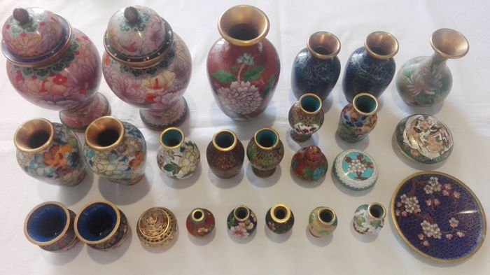 Excellent lot of 25 vases and pill boxes in closoinne of large, medium and small size.