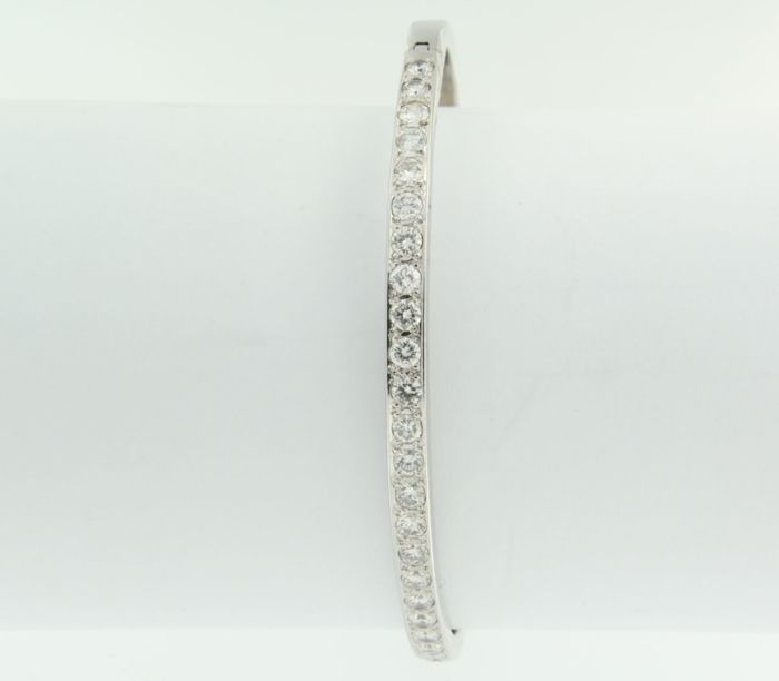 White gold 14 kt hinge bracelet with 26 brilliant cut diamonds of approx. 2.00 ct, diamond F-G/VVS-VS – inner diameter: 5.6 x 4.9 cm