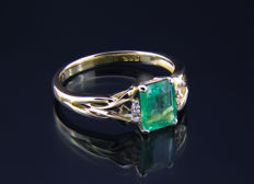 1.5 ct. emerald gold ring with diamonds 0, 024 ct .Ring size: 18.3 (US 8.5) mm. ***No reserve***
