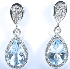 18 kt Exclusive Earrings in white gold with 54 Diamonds GH-SI and natural Aquamarines in tear drop shape.  Length: 21.05 mm  No reserve price.