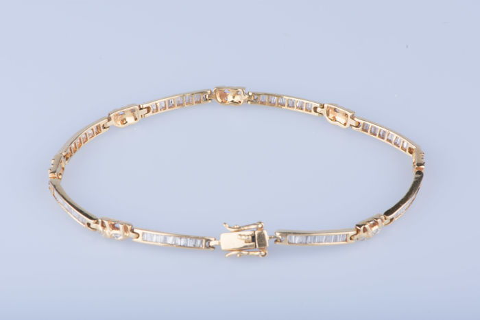 Bracelet in 18 kt yellow gold 104 baguette diamonds 0.01 ct - Measures approx. 19 cm