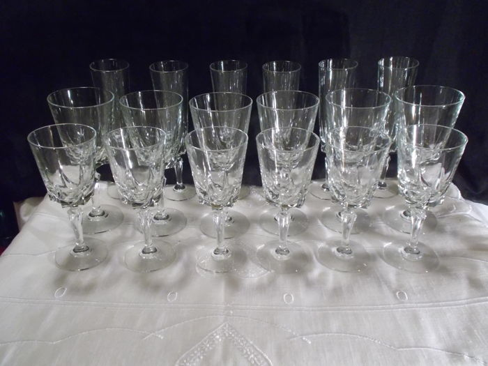 Complete crystal service for 6 persons, 18 pieces, water, wine and champagne glasses. Marked France under their feet.
