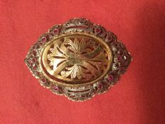 Brooch in 14 kt gold with stones