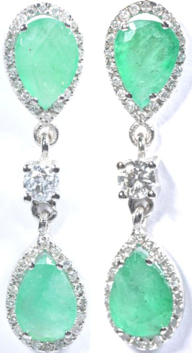 18 kt  Exclusive white gold earrings with 82x diamonds (GH-Sl, 0.78 ct) and 4x teardrop-shaped emeralds. Total: 4.78 ct. Length:  31.70 mm. *** no reserve price ***