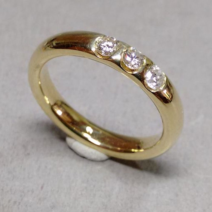 Ring made of 14kt yellow gold with 3 brilliants approx. 0.27ct.