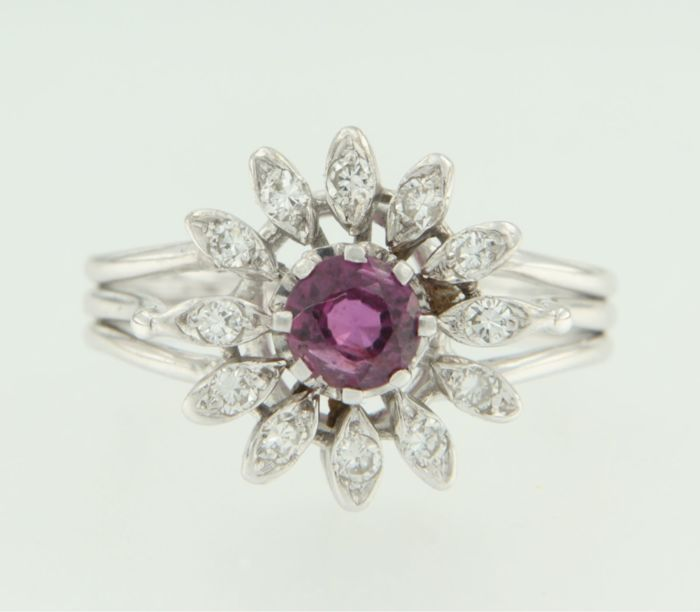 White 18 kt gold entourage ring set with a central ruby and an entourage of brilliant cut diamonds, ring size 17.5 (55)