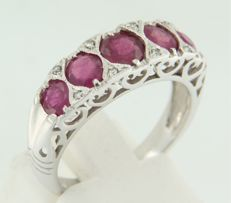 14 kt white gold ring set with ruby and brilliant cut diamond, ring size 17.25 (54)