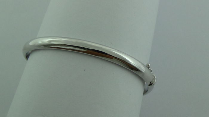 14 kt white gold bangle – Diameter: