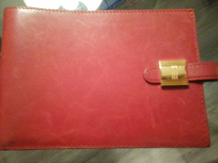Hermès cheque-holder in red leather - Hermès keyring in silver-plated metal.