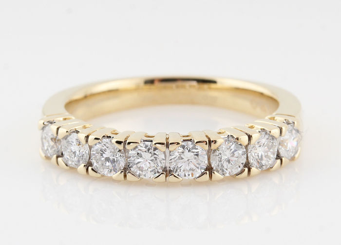 14kt gold diamond ring total approx . 1.00ct / ringsize  56.5