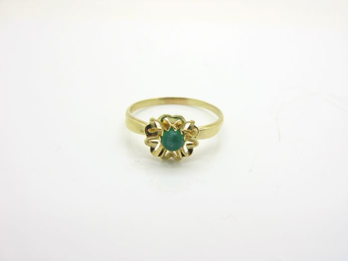Elegant ring from 1950/60 in 18 kt yellow gold with cabochon cut jade, diameter: 3.72 mm