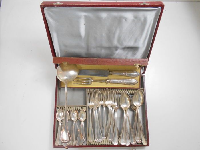 Cutlery case (3 x 12 forks, tea spoons, large spoons, + 1 ladle) + service to cut the leg of lamb.