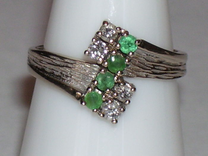 14 karat white gold ring with 4 brilliants (0.20 ct) and 4 emeralds (0.20 ct) Ring size: 16.3 mm