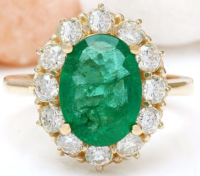 4.40 ct natural emerald and diamond ring in 14 kt yellow gold – weight 5.2 g, size 7.25