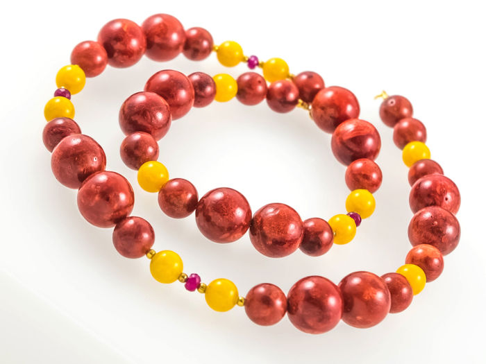 Bamboo Coral and yellow Jade necklace with Rubies, 53 cm length, 18 kt gold clasp