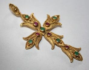 18 kt gold cross from Italy, weighing 6.72 grams; Length:  5.8 cm.