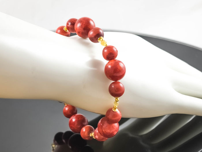 Coral bracelet with yellow Songea Sapphires, 22 cm length, 18 kt gold clasp