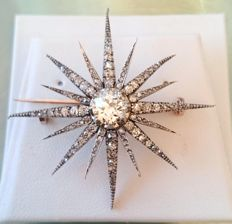 Flamboyant Victorian star brooch in 18 kt solid gold set with diamonds of 2.30 ct in total and a centre diamond of 1.30 ct, I/VS2