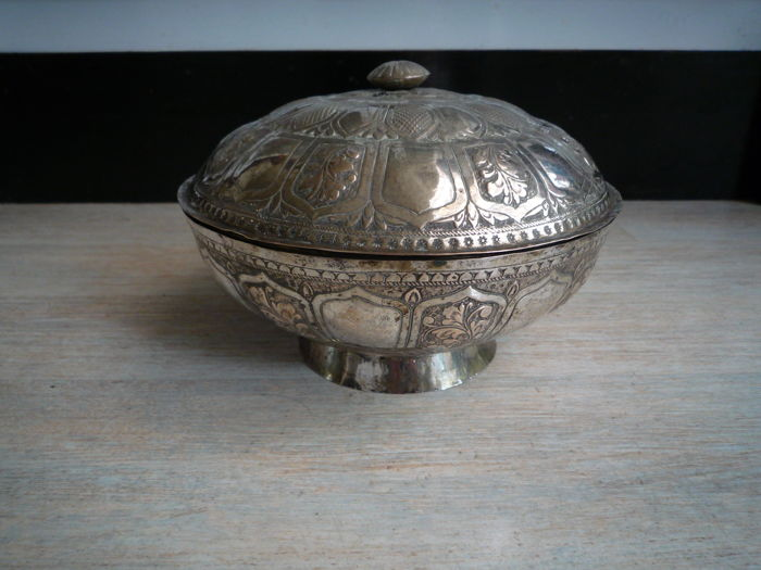 Palembang silver box with lid – silver below legal grade – Sumatra – Indonesia